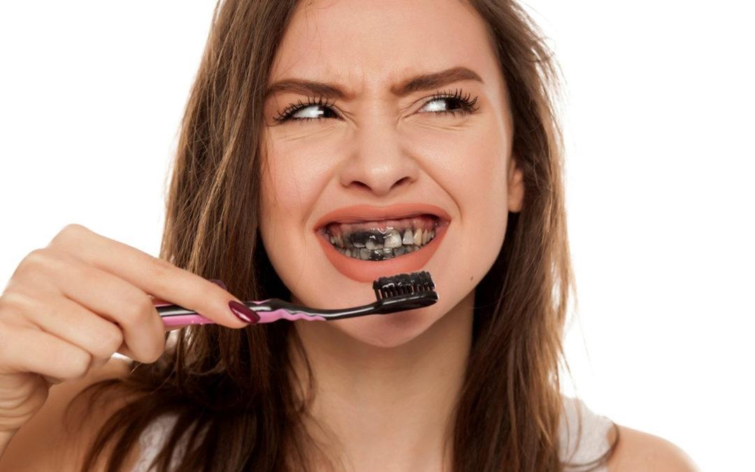 Le dentifrice au charbon oui, mais pas n'importe comment !